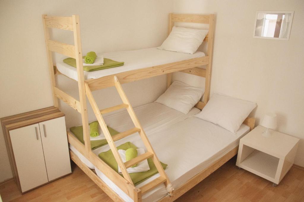 Двухъярусная кровать или двухъярусные кровати в номере Hostel Piran
