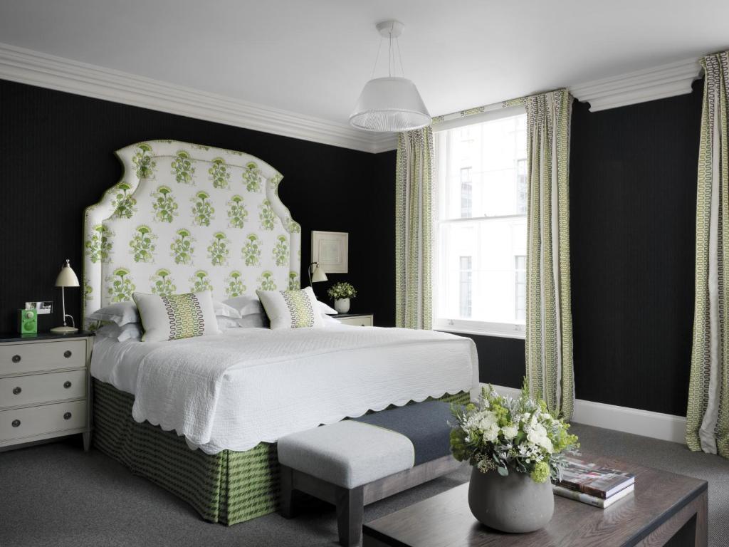 Een bed of bedden in een kamer bij Haymarket Hotel, Firmdale Hotels