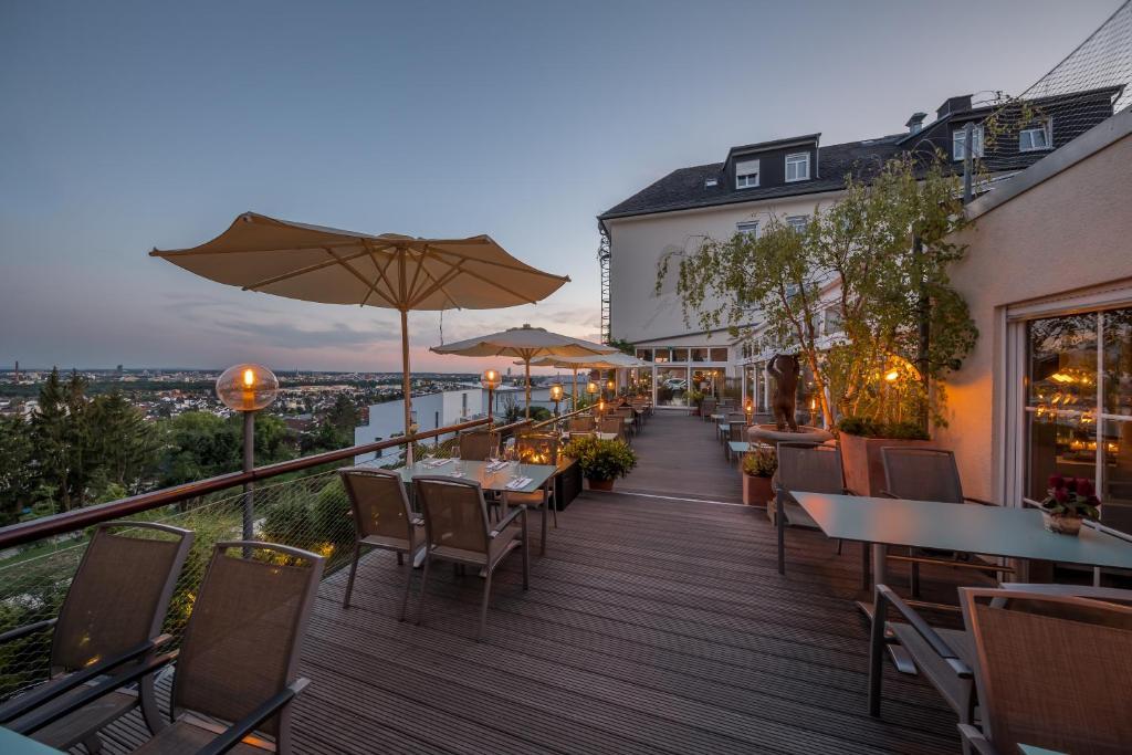 A restaurant or other place to eat at Hotel Schöne Aussicht