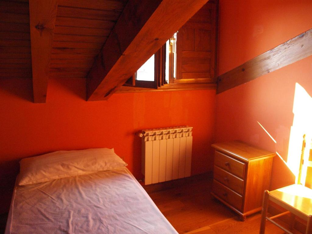 A bed or beds in a room at Albergue Valvanuz