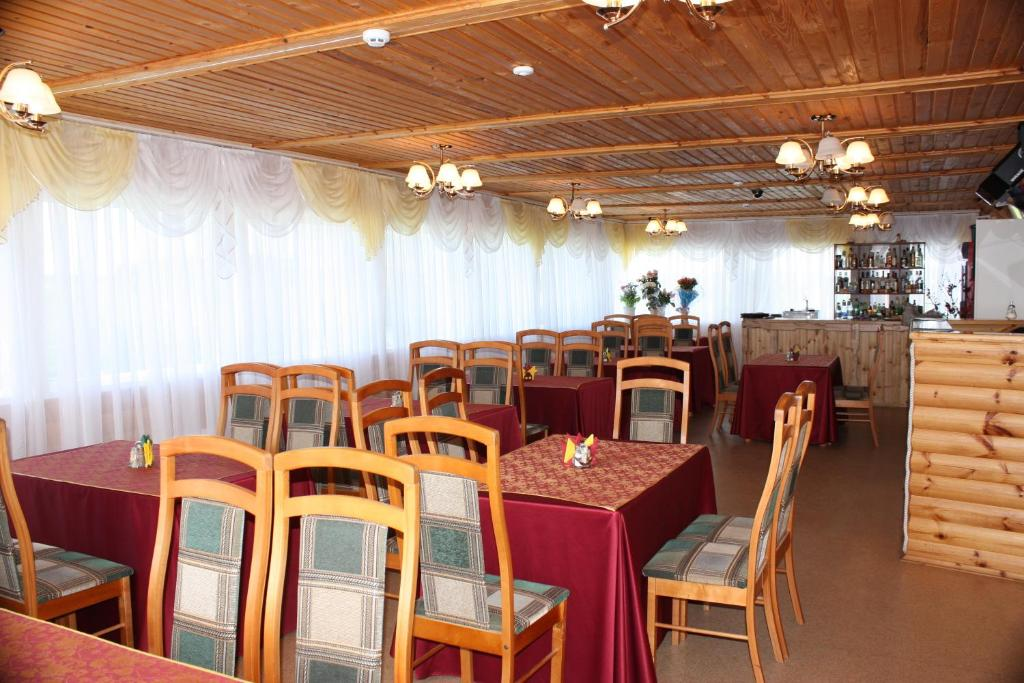 A restaurant or other place to eat at Lesnaya Gavan Hotel