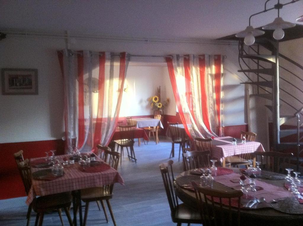 Restaurant ou autre lieu de restauration dans l'établissement Ô marronnier de Nadaillac