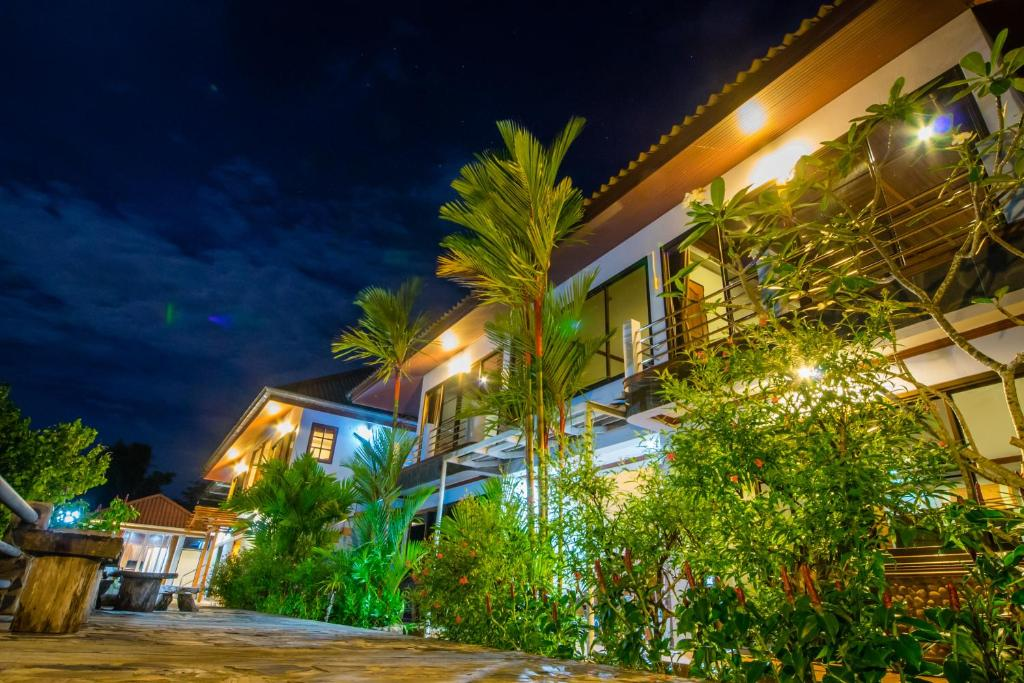 A garden outside BaanRimNam Resort Trat