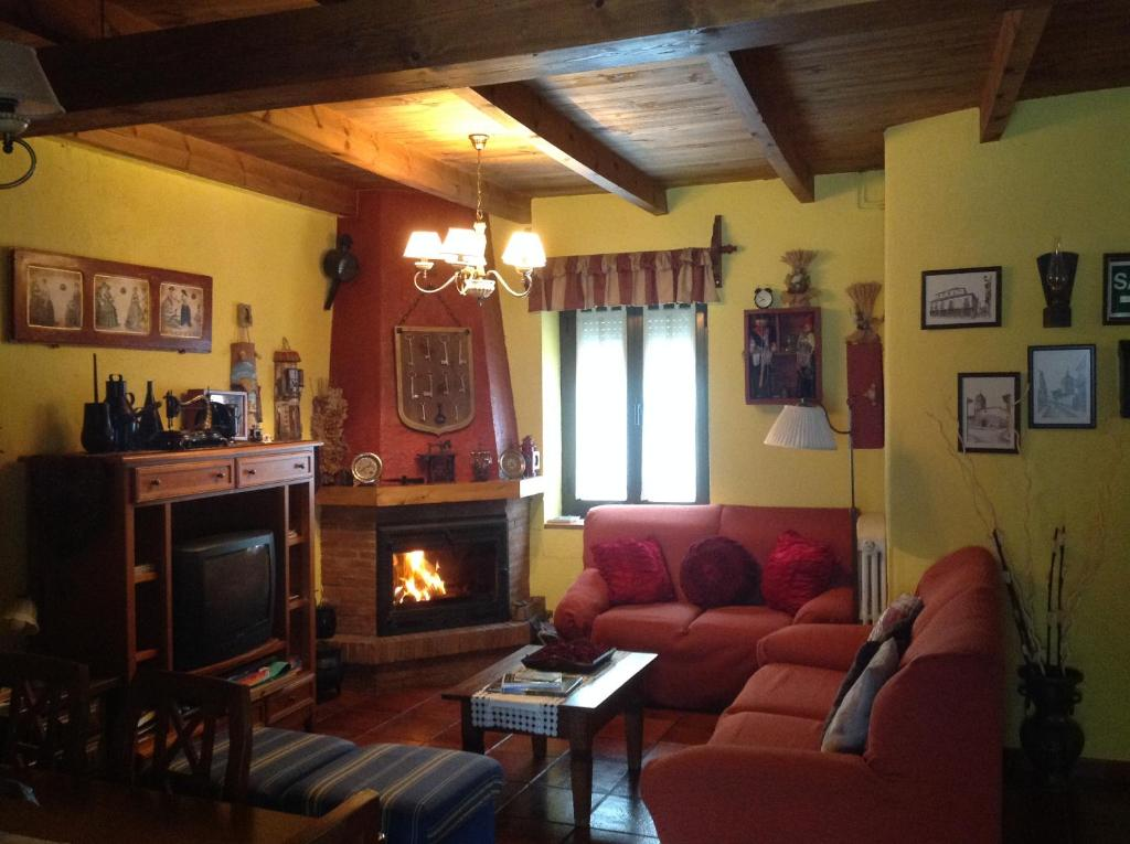 The lounge or bar area at Casa Rural Las Singer