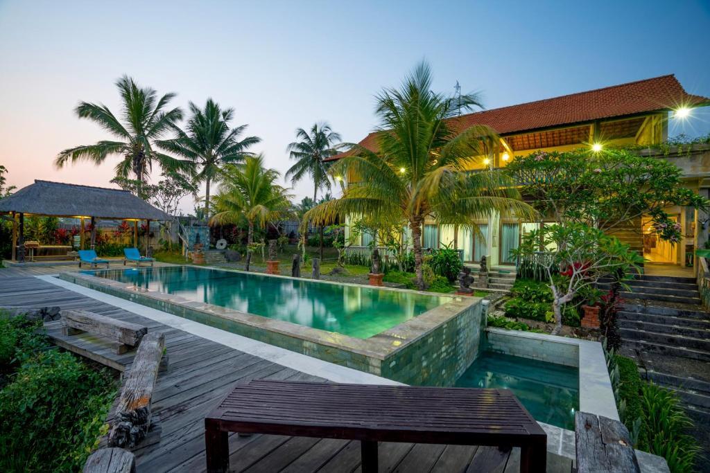 A piscina localizada em Ubud Sari Health Resort ou nos arredores