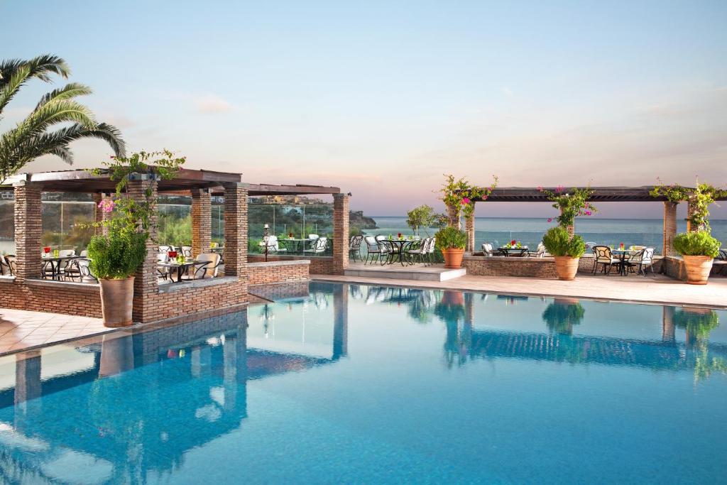 Baseinas apgyvendinimo įstaigoje Out Of The Blue Capsis Elite Resort arba netoliese