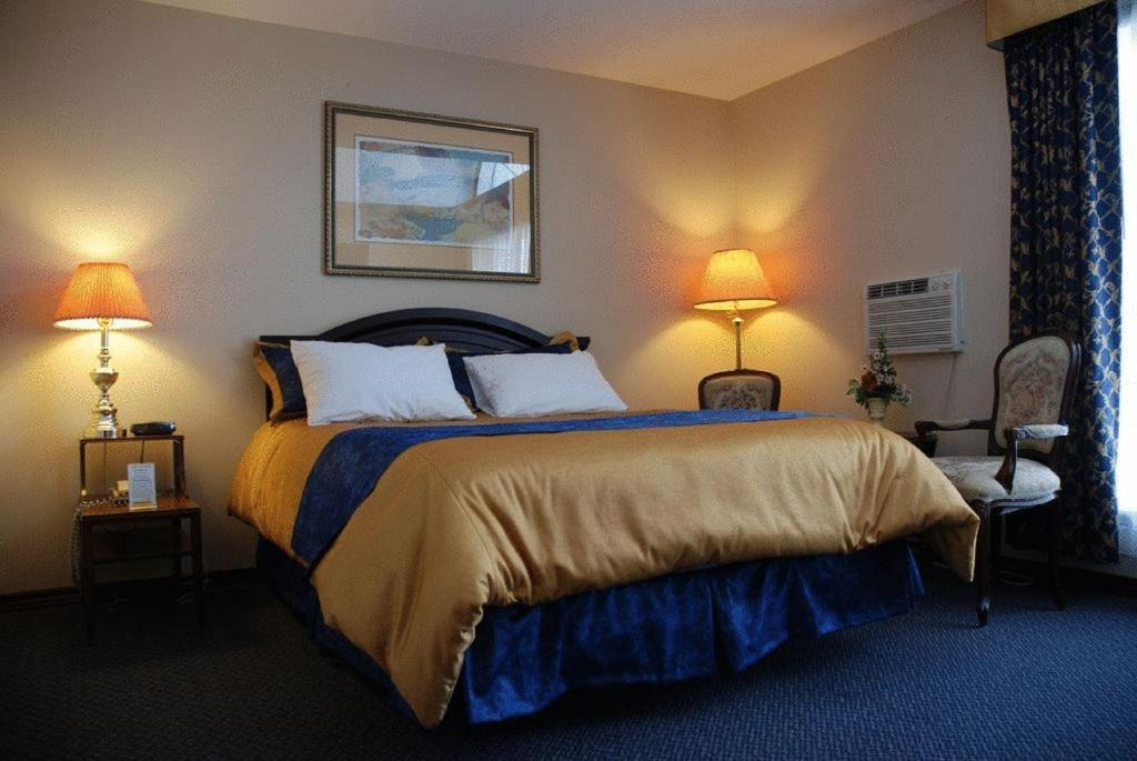 A bed or beds in a room at Commons Inn