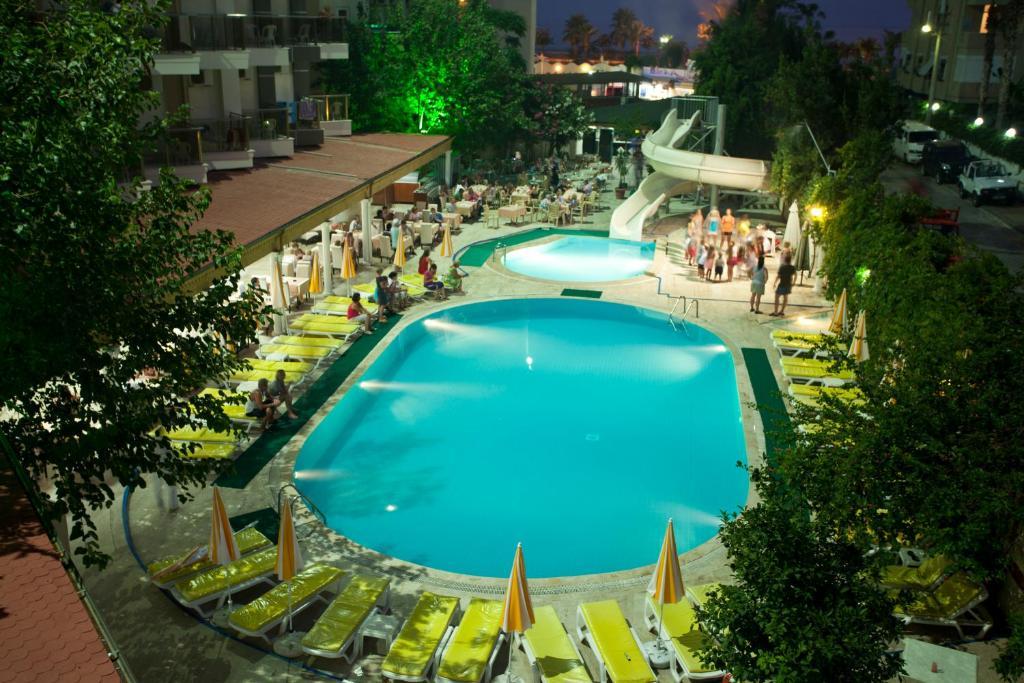 Вид на бассейн в Monte Carlo Hotel или окрестностях