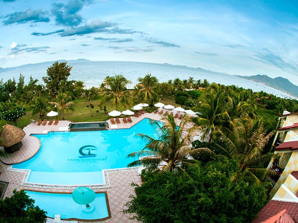 Vue sur la piscine de l'établissement White Sand Doclet Resort & Spa Nha Trang ou sur une piscine à proximité