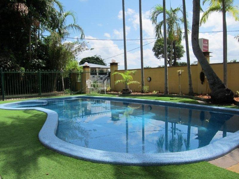The swimming pool at or near Paravista Motel