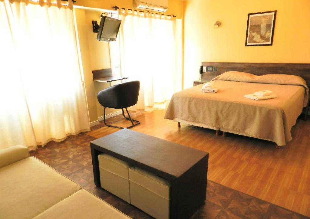 Un pat sau paturi într-o cameră la Buenos Aires Inn Apart y Hotel