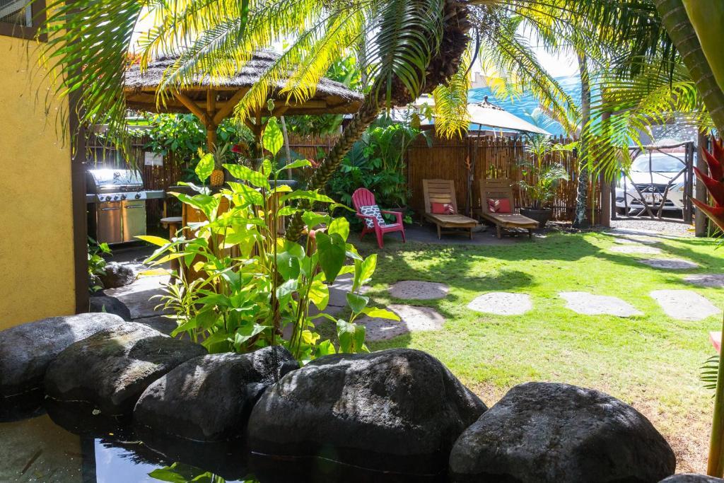 A garden outside Nalu Kai Lodge Paia Hotel