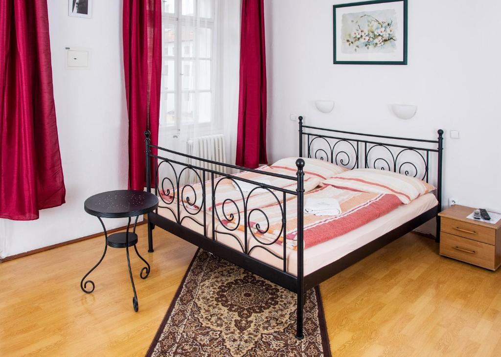 Postel nebo postele na pokoji v ubytování Charles Bridge Bed And Breakfast