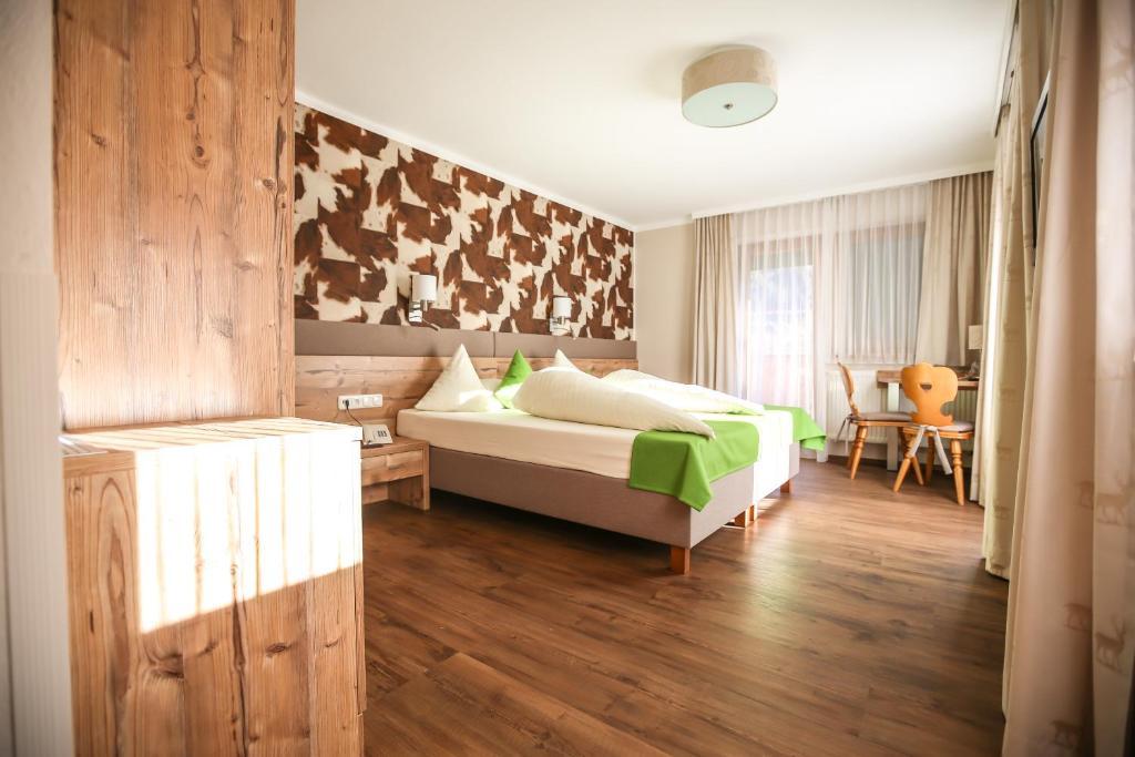 Ein Bett oder Betten in einem Zimmer der Unterkunft Hotel Landhaus Carla