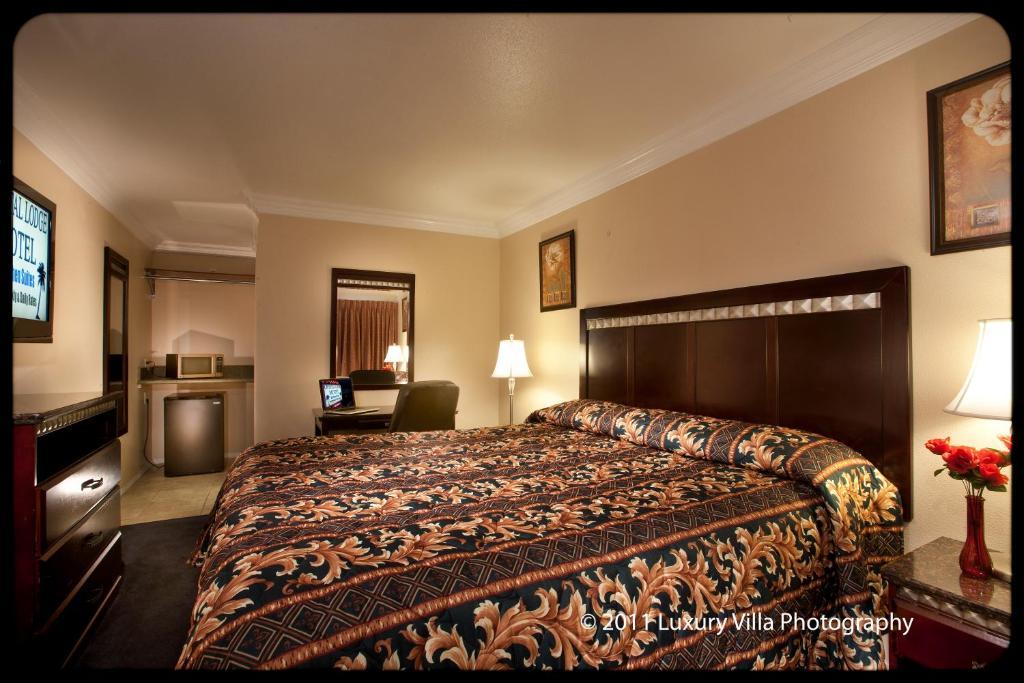 En eller flere senge i et værelse på Crystal Lodge Motel