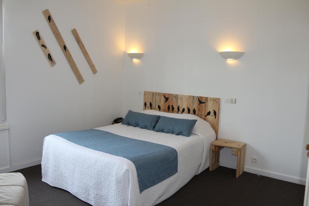 מיטה או מיטות בחדר ב-Hôtel Le Domino