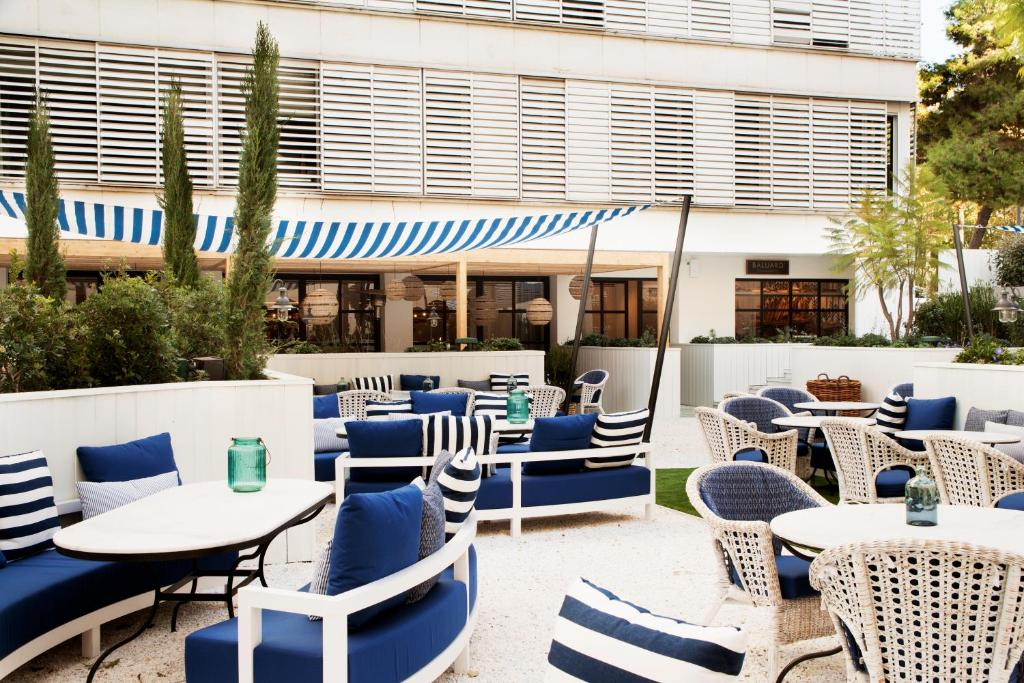 A restaurant or other place to eat at AC Hotel Victoria Suites