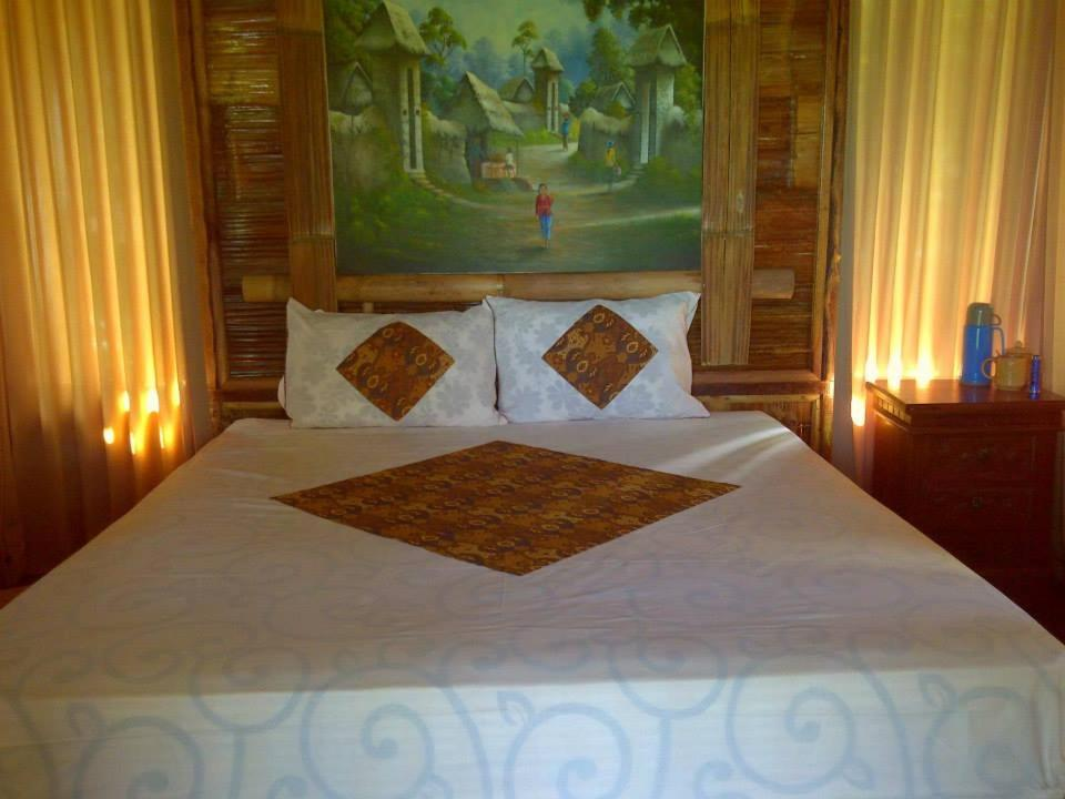 A bed or beds in a room at Dasa Vayu Cottage