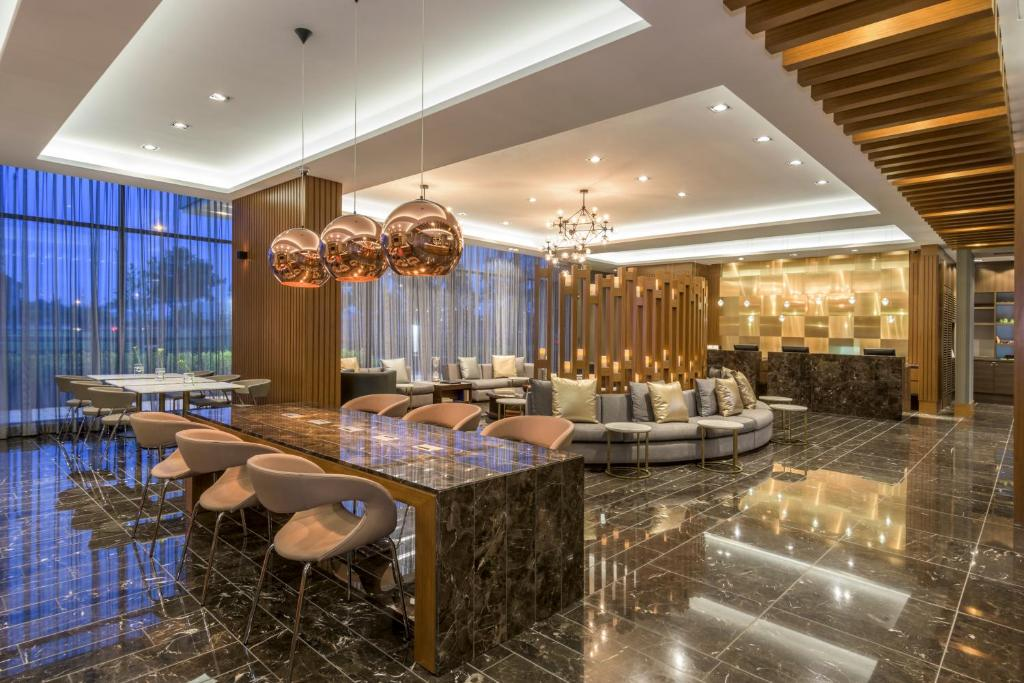 The lounge or bar area at Courtyard by Marriott Bogota Airport