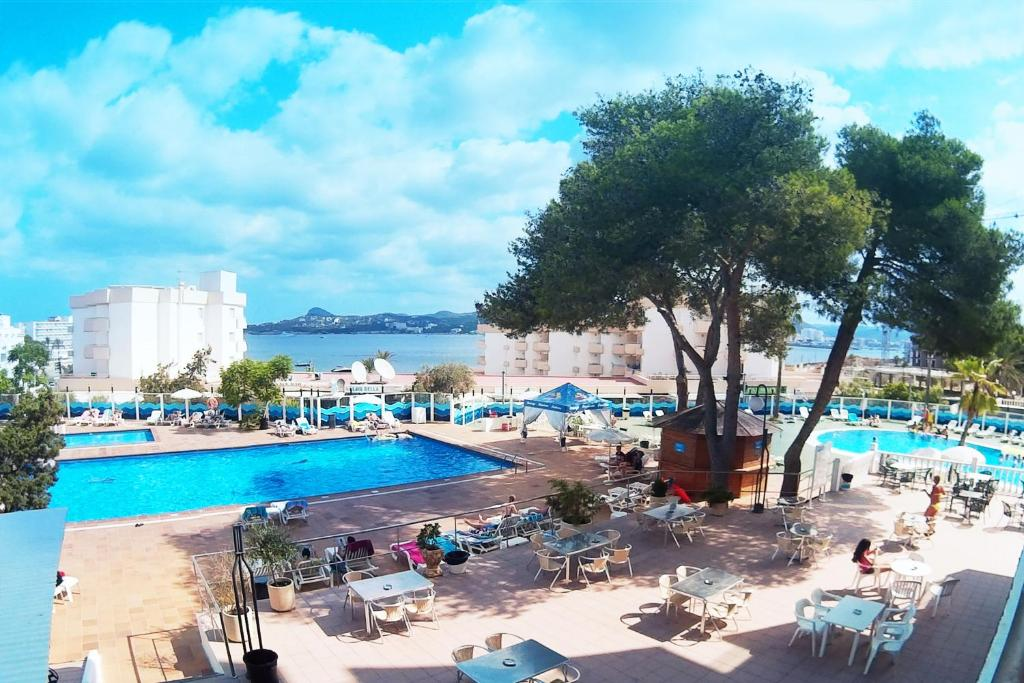 The swimming pool at or near Apartamentos Playasol Riviera