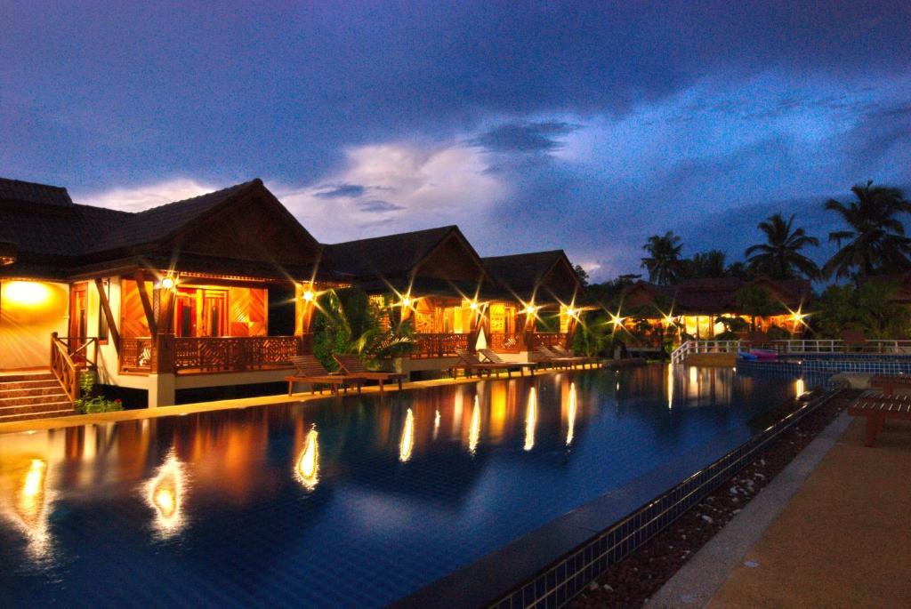 Der Swimmingpool an oder in der Nähe von Sangsawan Palace Khaolak Resort