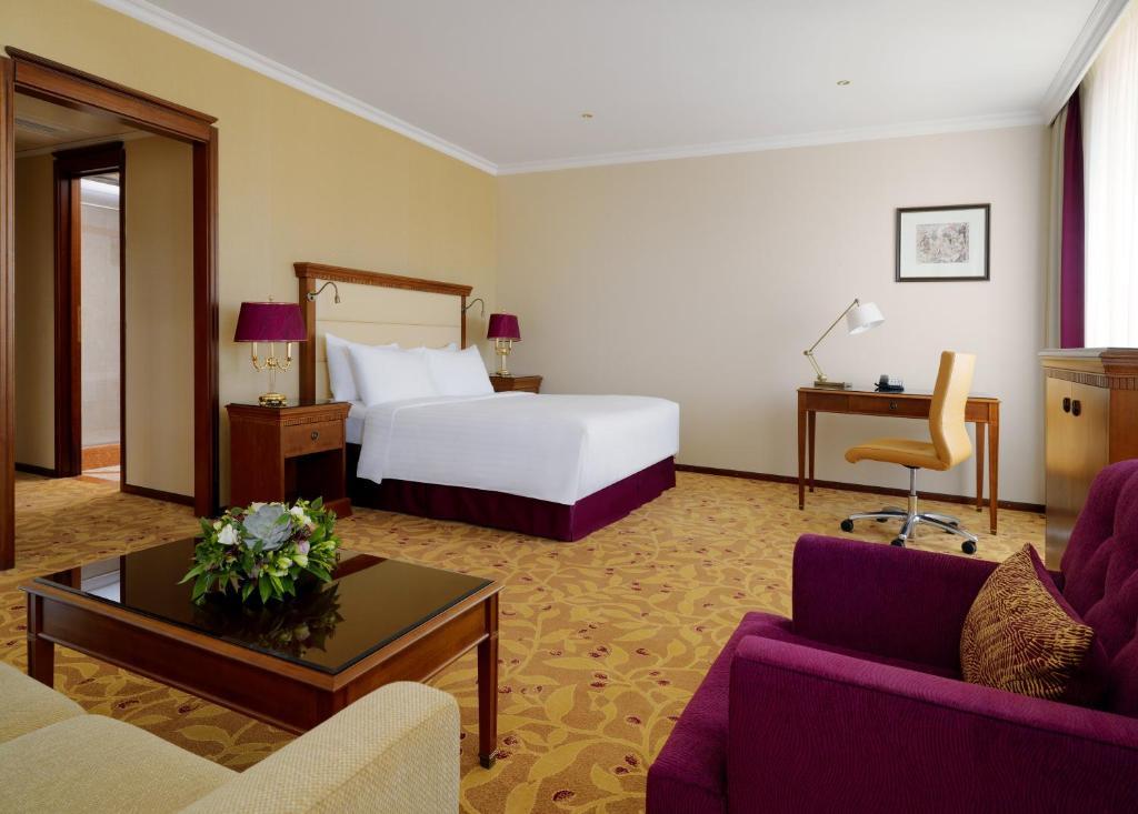 Кровать или кровати в номере Отель Марриотт Москва Ройал Аврора