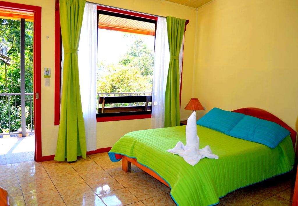 A bed or beds in a room at Cabinas El Pueblo B&B Monteverde