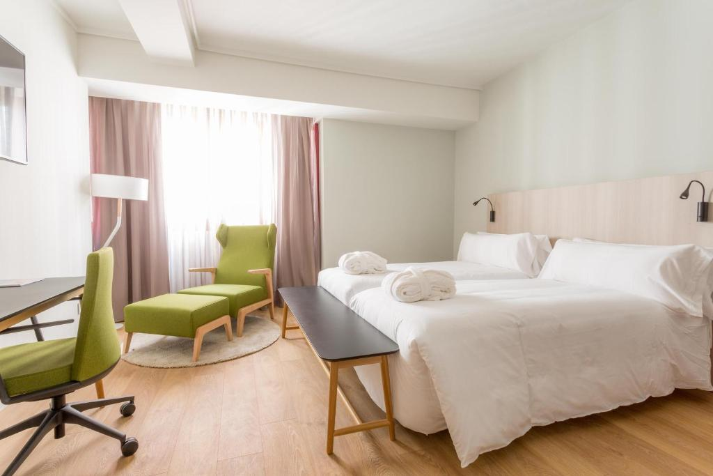 A bed or beds in a room at Hotel Artiem Madrid