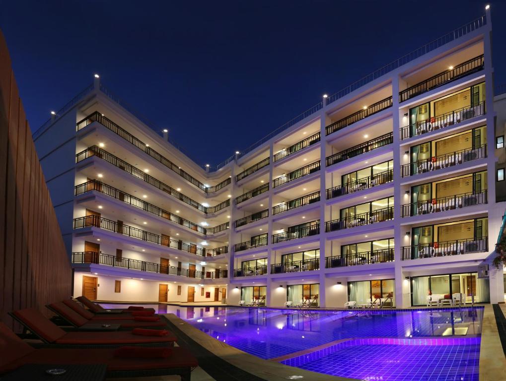 בריכת השחייה שנמצאת ב-Paripas Patong Resort או באזור
