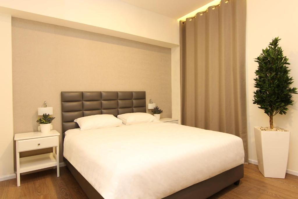A bed or beds in a room at Idelson Hotel