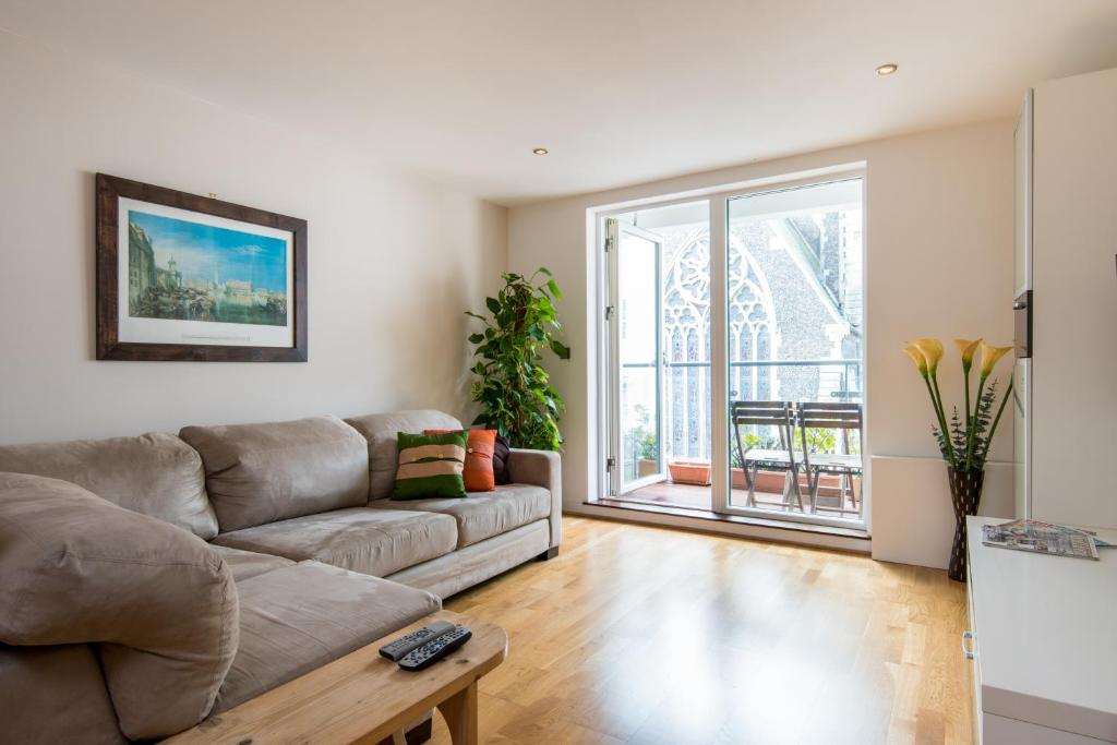 A seating area at Central Brighton Apartment with Private Parking