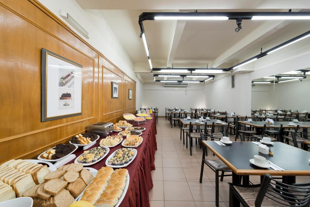 Un restaurante o sitio para comer en Catalinas Suites