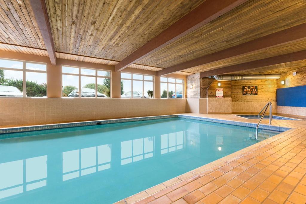 Majoituspaikassa Days Inn by Wyndham Nanaimo tai sen lähellä sijaitseva uima-allas