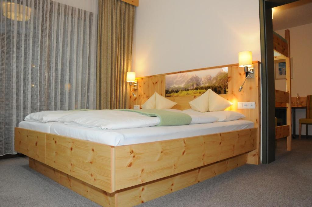 A bed or beds in a room at Hotel Vital Bad Bleiberg