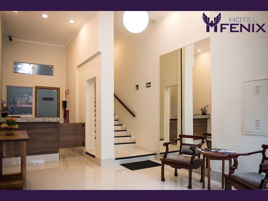 Uma área de estar em Hotel Fenix