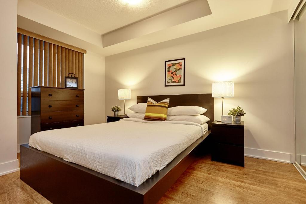 En eller flere senge i et værelse på Atlas Suites Wellington - Furnished Apartments