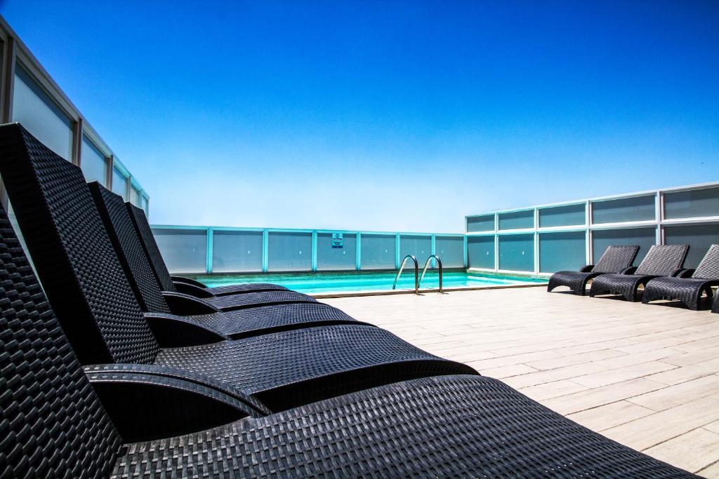 สระว่ายน้ำที่อยู่ใกล้ ๆ หรือใน Blubay Apartments by ST Hotels