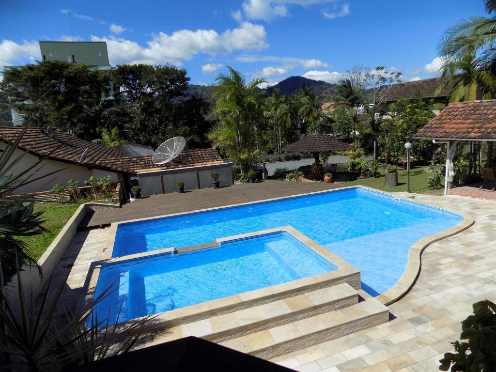 Uma vista da piscina em Pousada Lena Rosa ou nos arredores