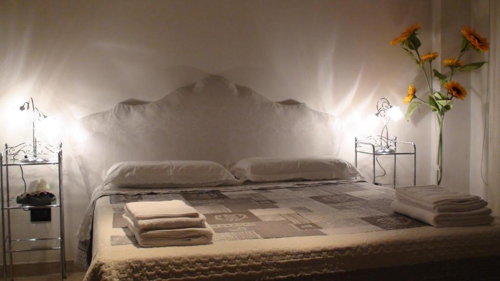 A bed or beds in a room at Aquarium B&B