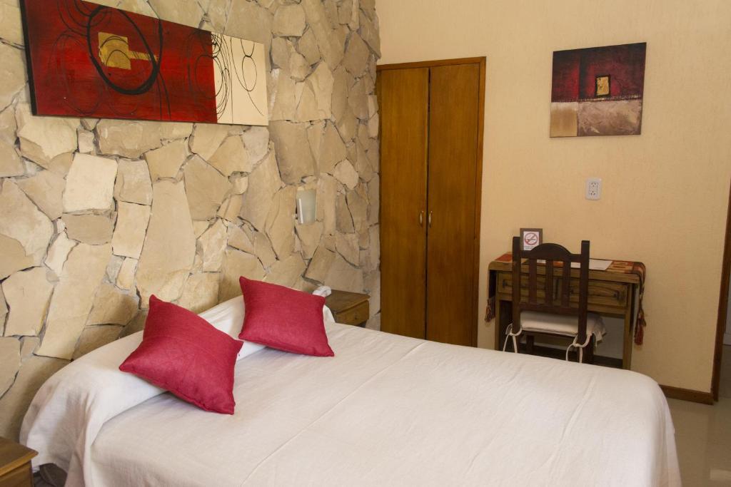 Una cama o camas en una habitación de La Posta Hotel