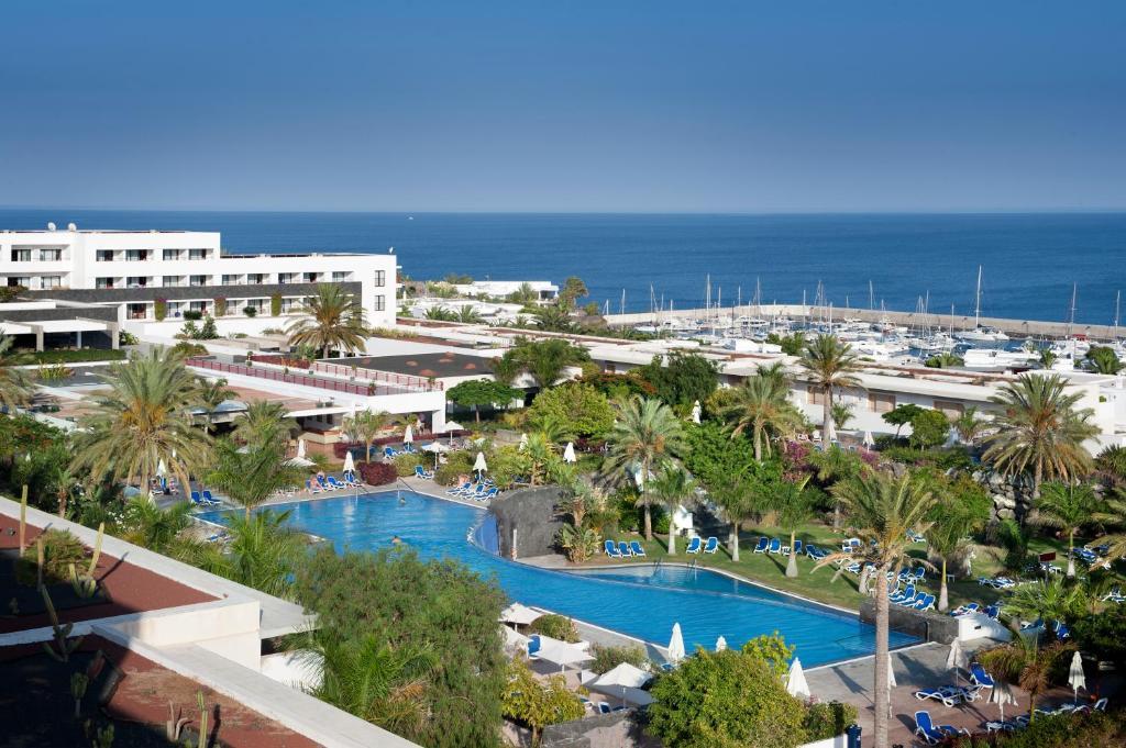 Uitzicht op het zwembad bij Costa Calero of in de buurt