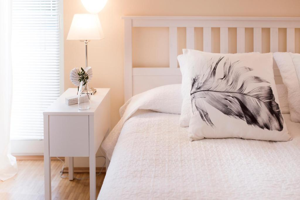 A bed or beds in a room at Parkside Apartment House