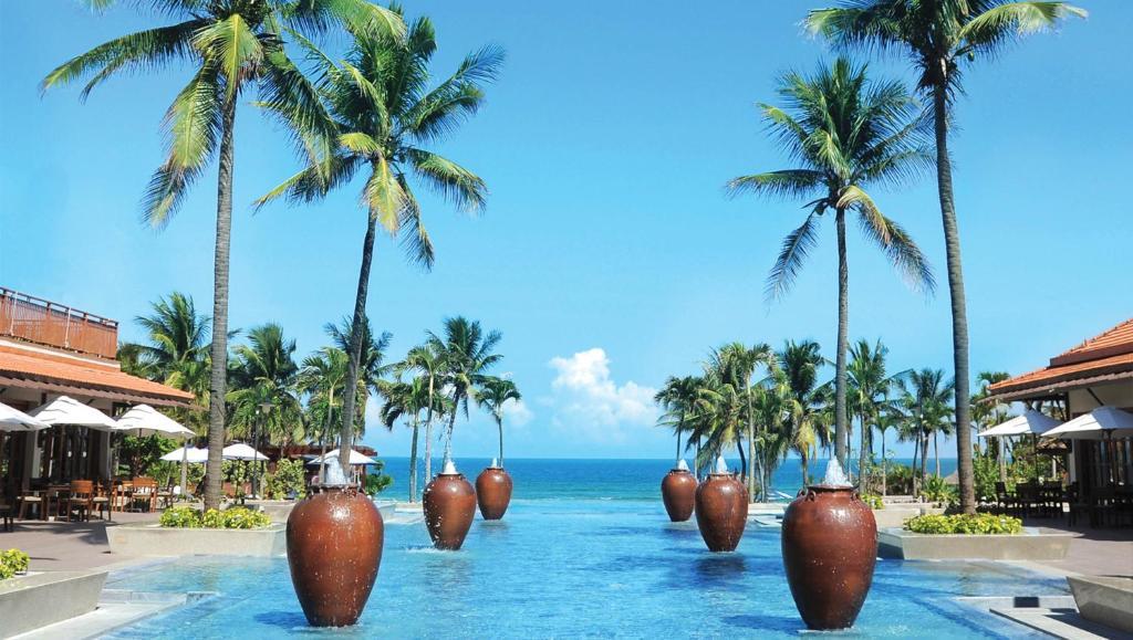 Het zwembad bij of vlak bij Furama Resort Danang