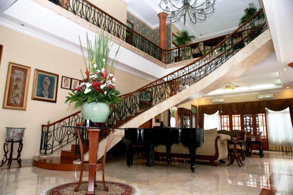 The lobby or reception area at Pesona Guest House Jakarta
