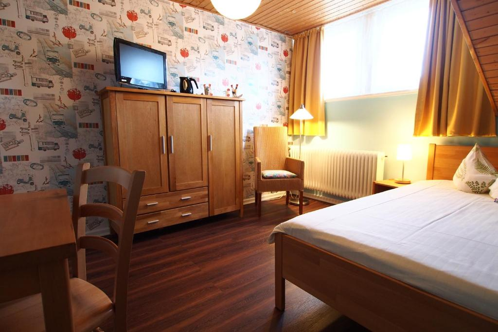 A bed or beds in a room at GastHaus Hotel Bremen