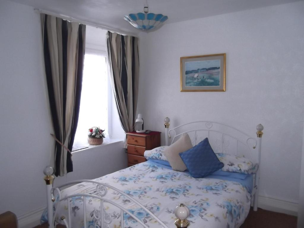 A bed or beds in a room at Applebys Guest House