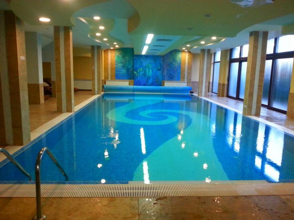 The swimming pool at or near Aparthotel Winslow Highland