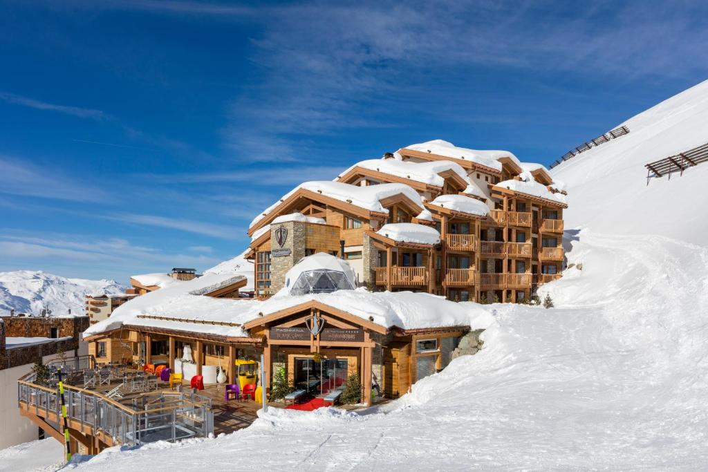 Hotel Pashmina Le Refuge during the winter