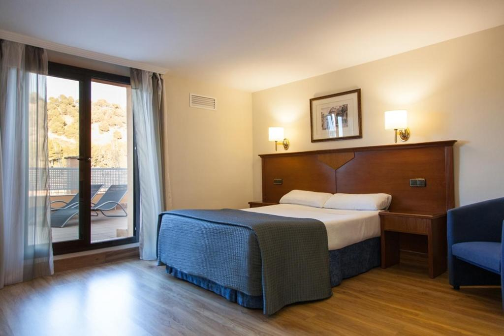 A bed or beds in a room at Hotel Alixares