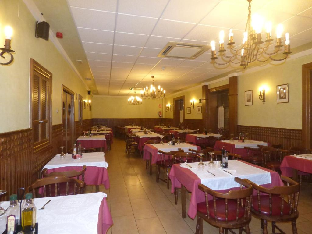 A restaurant or other place to eat at Hostal La Perdiz